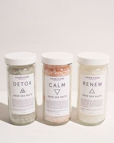 These detox bath salts from Herbivore Botanicals come from the dead sea and will detoxify your body and clear your mind. Skincare Packaging, Beauty Packaging, Gift Packaging, Bath Bomb Packaging, Sea Salt Scrubs, Dead Sea Salt Scrub, Bath Soak, Bath Salts, Bath Bombs