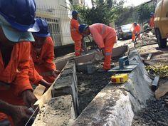 Trabalhadores constroem jardim de chuva na Vila Jataí