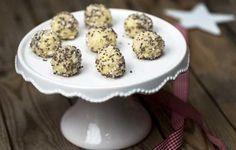 Valmista herkulliset tryffelit joulupöytään tai pieneksi makeaksi viemiseksi. Voit halutessasi pyöritellä tryffeleitä myös manteli- tai pähkinärouh...