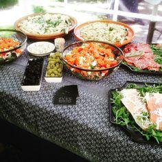 Buffet met antipasti gerechten en salades passend bij heerlijke ovengerechten.  #saladebuffet #antipasti #ovengerecht Fresh Rolls, Oven, Ethnic Recipes, Food, Salads, Essen, Ovens, Meals, Yemek