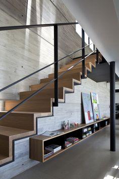 Acabado escalera. Escalera continua: pintura negra, sobre esta recubrimiento de madera.