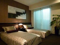 インテリアコーディネート ベッドルーム・寝室|ベッドカバーにもピローにも、 艶感のあるファブリック。 茶系の濃淡で統一することで、高級感のある空間に。