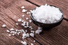 Metti 200 gr. di sale grosso in un angolo della casa o su un mobile. Ecco cosa succede