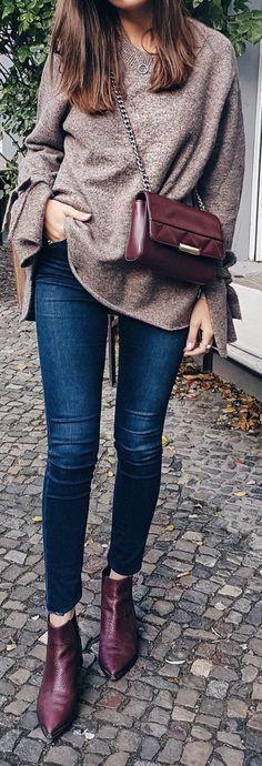 Suéter café, pantalón de mezclilla, botas vino