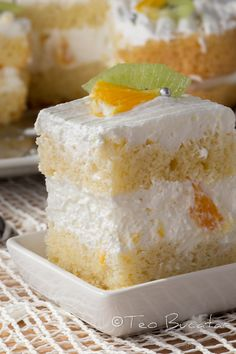 Quick cake with fruit and whipped cream - Prajitura rapida cu iaurt si fructe - Teo Homemade Sweets, Homemade Cakes, No Bake Desserts, Dessert Recipes, Romanian Desserts, Romanian Food, Citrus Cake, Quick Cake, Dessert Bread