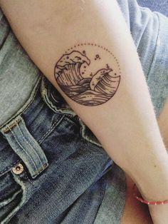 Inspiration für schöne, kleine Tattoos: Filigrane Symbole & Zeichen mit Bedeutung ✓ Für Handgelenk, Füße & Nacken ✓ Hier alle Mini-Tattoos entdecken »