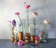 Pour fêter l'arrivée du printemps je vous ai préparé un DIY simplissime pour transformer bouteilles et bocaux de récup en une chouette collection de vases.