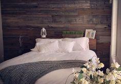 Mur en bois de grange dans une chambre Easy Wood Projects, Own Home, Woodworking Projects, New Homes, Simple, Bed, Furniture, Gadgets, Villa