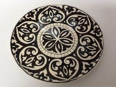Prato para bolo Black no Blue Pottery, Pottery Plates, Ceramic Pottery, China Painting, Dot Painting, Ceramic Painting, Azulejos Art Nouveau, Art Nouveau Tiles, Plate Wall Decor