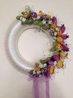 Kapı süsü Wreaths And Garlands, Door Wreaths, Art N Craft, Craft Work, Beaded Flowers, Crochet Flowers, Shabby Chic Ribbon, Thali Decoration Ideas, Fabric Yarn
