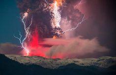 Così affascinanti da sembrare effetti speciali sulle vette di una catena  montuosa. Autore di questi incredibili scatti è il fotografo Francisco  Negroni che ha catturato l'eruzione del vulcano Cordón Caulle, nel  Puyehue National Park del Cile, cogliendo quei dettagli che fanno