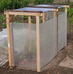 Roof over sweet peppers or tomatoes – sjefgardentips Outdoor Garden Bench, Outdoor Gardens, Backyard Projects, Garden Projects, Narrow Garden, Growing Tomatoes In Containers, Cold Frame, Vegetable Garden Design, Greenhouse Gardening