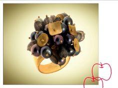 """anillo con perlas grises de distintos colores, forman un ramo de """"flores"""" muy original  Las pequeñas piezas doradas mezcladas con el gris y color vino de algunas perlas le dan la luz necesaria para ser una pieza atractiva y fácil de usar."""