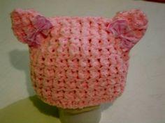 gorro confeccionado em crochê em fio importado. detalhes - lacinhos cor- rosa tamanho - 6 a 9 meses frete por conta do comprador. R$ 34,90