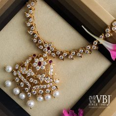 Diamond Necklace Simple, Gold Jewelry Simple, Diamond Pendant, Diamond Jewelry, Gold Necklace, Bracelet Designs, Necklace Designs, Gold Jewellery Design, Temple Jewellery