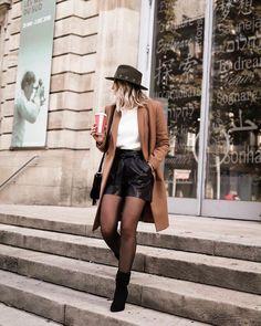 Este otoño uno de los complementos perfectos para tus outfits son las mallas negras. No dejes de usar vestidos o faldas. ABRIGO BEIGE Estos abrigos jamás pasarán de moda. El color beige o camel son perfectos para otoño y si se combina con negro se ve mucho mejor. Combina las mallas con algún short, falda o vestido y arriba usa un abrigo de este color.
