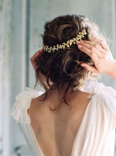 05 finish your boho or just romantic look with a messy updo and a gold headpiece - Weddingomania Messy Wedding Hair, Wedding Hair And Makeup, Boho Wedding, Dream Wedding, Hair Makeup, Wedding Day, Wedding Blog, Boho Bride, Wedding Anniversary