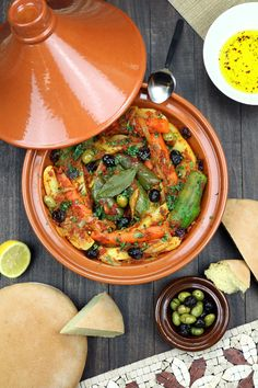 Vegetables are stewed in an aromatic tomato sauce until succulent and tender in this recipe for Simple Vegetable Tagine. Tagines are Nor Tajine Vegan, Tajin Recipes, Coctails Recipes, Tagine Cooking, Morrocan Food, Vegetarian Recipes, Cooking Recipes, Vegetarian Tagine, Comida India