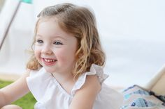 Vestido de niña con escote asimétrico y volante #kids #corazondeleonkids #moda #madeinSpain #SpringSummer2015 #vestido #blanco #detalle