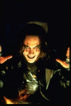 Oh that evil grin. I melt. :-P Brandon Lee as Eric Draven in The Crow, 1994 Brandon Lee, Bruce Lee, The Crow, Crow Movie, I Movie, Stairway To Heaven, Oscar Wilde, Crow Art, Hollywood