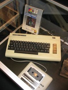 1980 - Commodore VIC-20.  HAD THIS!  in alto si può vedere una cartuccia-gioco, oggetto del desiderio per me all epoca che non avevo una lira ....
