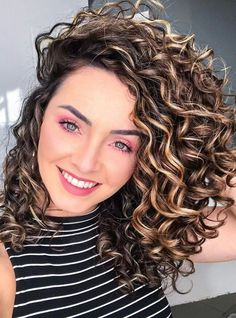 100 hairstyles for naturally curly hair to rock this summer - Hairstyles Trends Curly Hair Styles, Medium Hair Styles, Short Curly Wigs, Long Curly Hair, Curly Girl, Chic Hairstyles, Permed Hairstyles, Hairstyle Ideas, Medium Length Curly Hairstyles