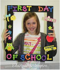 first day school 1st Day At School Frame, First Day Of School Pictures, First Day Of School Activities, First Day School, Kindergarten First Day, Kindergarten Lesson Plans, Beginning Of The School Year, School Photos, New School Year
