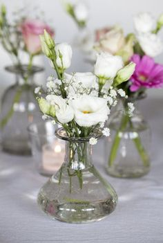 Lisianthus og brudeslør passer fint uansett hvilken farge du ønsker på bordet. Wedding Table Flowers, Wedding Decorations, Table Decorations, Rustic Shabby Chic, Bouquet, Flower Arrangements, Glass Vase, Wedding Cakes, Centerpieces