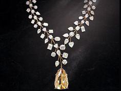 Colar com maior diamante do mundo