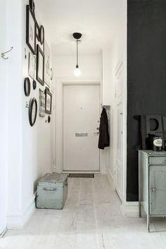 Un hall décoré en noir et blanc pour l'entrée