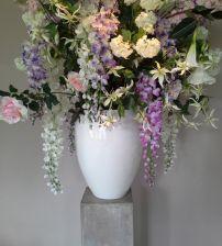Zijden bloemstuk gemaakt van de mooiste zijden bloemen. Bloemstukken huren voor bedrijven, bruiloften en evenementen. Bloemstuk is gemaakt van zijden bloemen. Los te koop via www.bloemstukservice.nl