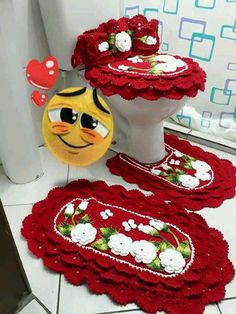 Diy Crochet, Crochet Crafts, Bathroom Sets, Alice, Crochet Patterns, Crochet Mickey Mouse, Bathroom Mat Sets, Polka Dot Rug, Luxury Bathrooms
