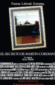 NuFlick - El secreto de Martín Cordiani  Martín Cordiani es el hombre más rico y admirado de todo el mundo, pero hay un enorme misterio que rodea su presencia. Ha estado sentado en su escritorio por 60 años seguidos, sin ponerse de pie para nada, ni siquiera para ir al baño o para comer o dormir. Con una visita de su distanciada hija, el impactante secreto detrás de su extraño comportamiento será revelado.