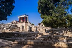 The Palace of Knossos is the most important of the Minoan palaces in Crete (Greece). It was built around 2000 BC and destroyed by an earthquake before 1700 BC. Its surface is about m² built and had more than rooms. Minoan, Crete Greece, Ancient Greece, Landscape Photography, Island, Mansions, Palaces, House Styles, Building