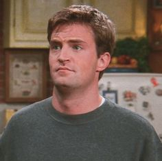 """Friends Icons""""like if you save or credit """" Friends Tv Show, Chandler Friends, Friends Episodes, Friends Moments, Friends Series, Cute Friends, Matthew Perry Young, Matthew Perry Friends, Best Tv Shows"""
