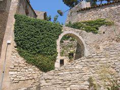 Bonnieux, ses rues grimpantes et ses murs de pierres