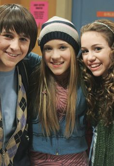 Mitchell Musso, Emily Osment, and Miley Cyrus when they first started Hannah Montana. Holy crap I'm their age now oh my. Disney Channel Logo, Old Disney Channel, Disney Channel Original, Hannah Montana Outfits, Hannah Montana Forever, Hannah Montana Funny, Miley Cyrus, Zack Y Cody, Miley Stewart