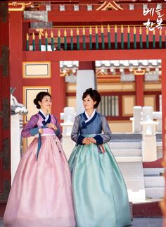 #hanbok #wedding #mother 한국에서는 양가 어머님들이 결혼식날 함께 한복을 차려입으십니다 ^^ 신랑측은 붉은색계열로 신부측은 푸른색 계열로 ~ 너무 곱고 아름답죠?^-^