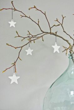 25 idees decoration de noel a faire soi meme deco-noel Noel Christmas, Christmas And New Year, Winter Christmas, All Things Christmas, Christmas Crafts, Christmas Ornaments, Simple Christmas, Christmas Branches, White Ornaments