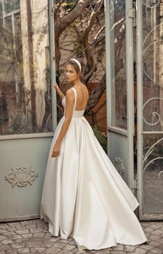 Wedding Dresses Simple Sleeves The Fall 2020 Bridal Collection by Lihi Hod is a dream come true! With silk organza, beaded tulles and handmade three-dimensional flowers it is no wonder why we catch ourselves daydreaming about these wedding dresses! Fall Wedding Dresses, Bridal Dresses, Wedding Gowns, Lace Wedding, Wedding Bride, Mermaid Wedding, Organza Wedding Dresses, Square Wedding Dress, Wedding Wording