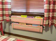 Poser les livres dans des rangements optimisant l'espace et faciles d'accès pour les enfants