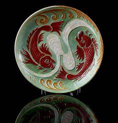 Prato em faiança portuguesa, fabrico das Caldas da Rainha - Bordalo Pinheiro. Decoração policromada em tons de verde, vermelho e ocre