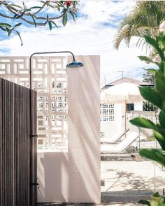 9 ways to design a resort-inspired outdoor shower Outdoor Baths, Indoor Outdoor Living, Outdoor Spaces, Brighton Houses, Front Courtyard, Small Backyard Gardens, Spring Home, Byron Bay, Pool Houses