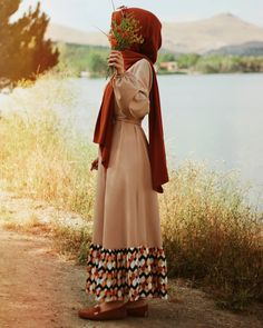 "2,420 Me gusta, 109 comentarios - yolo🇰🇼 (@1huzurluk) en Instagram: ""سأصبر حتى يعجز الصبر عن صبري سأصبر حتى ينظر الرحمن فى أمري سأصبر حتى يعلم الصبر أني صبرت على شيءٍ…"" Hijab Hipster, Hijab Dp, Mode Hijab, Pakistani Fashion Party Wear, Abaya Fashion, Muslim Fashion, Hijabi Girl, Girl Hijab, Muslim Beauty"