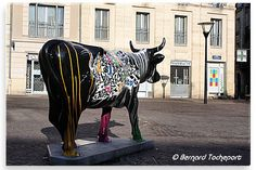 N°25 - Cow Graffiti - place Camille Julian Artiste Blade  - Propriétaire Lacoste traiteur