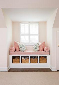 Banc (canapé) encastrer entre deux murs en dessous d'une fenêtre + rangements en dessous.