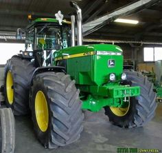 She think my tractor sexy. John Deere Garden Tractors, Big Tractors, John Deere Equipment, Heavy Equipment, John Deere Decor, Tractor Cabs, Green Barn, Farm Kids, Tractor Pulling