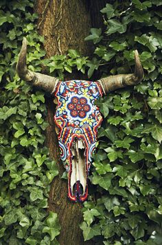 American actress Lake Bell created a true bohemian oasis in her newly made-over Brooklyn backyard. Cow Skull Art, Deer Skulls, Animal Skulls, Southwest Decor, Southwest Style, Southwest Bedroom, Brooklyn Backyard, Painted Cow Skulls, Lake Bell