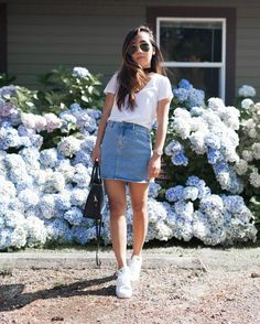 Blusa manga gola v, minissaia, tênis branco