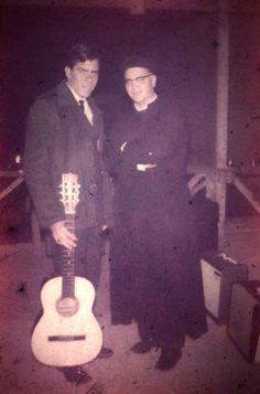 O cantor e compositor Carlos Cezar e monsenhor Ciro Turino, durant os festejos de julho da Vila Santa Isabel (anos 60) Colaborou com a foto: Tammaro Luigi Giaccio